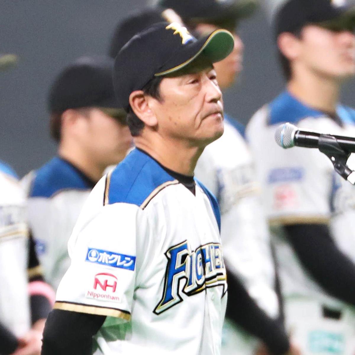 試合後、ファンに向けてあいさつする栗山英樹監督(カメラ・関口 俊明)