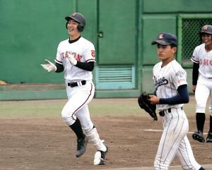 サヨナラ弾を放ち、三塁を回る日大山形・佐藤拓