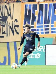横浜M戦でボールを運ぶ仙台DF永戸