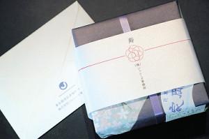 結婚会見で城島から手渡された福島県・浪江町の和菓子とメッセージカード