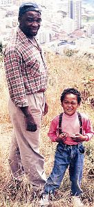 2歳の時に南アフリカ・ケープタウンで父・ロドリックさんとお出かけ(多恵子さん提供)