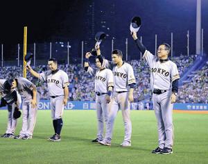 シーズン最終戦を終え、スタンドのファンにあいさつする(右から)原監督、坂本勇、亀井、阿部らナイン(カメラ・泉 貫太)