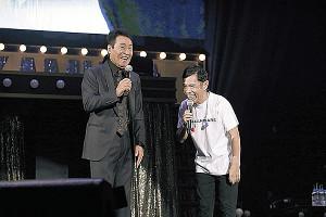 五木ひろし(左)にあいさつする岡村隆史