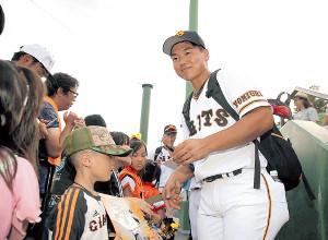 イースタン・リーグの首位打者となり、試合後に子どもたちのサインに応じる山下航(カメラ・生澤 英里香)