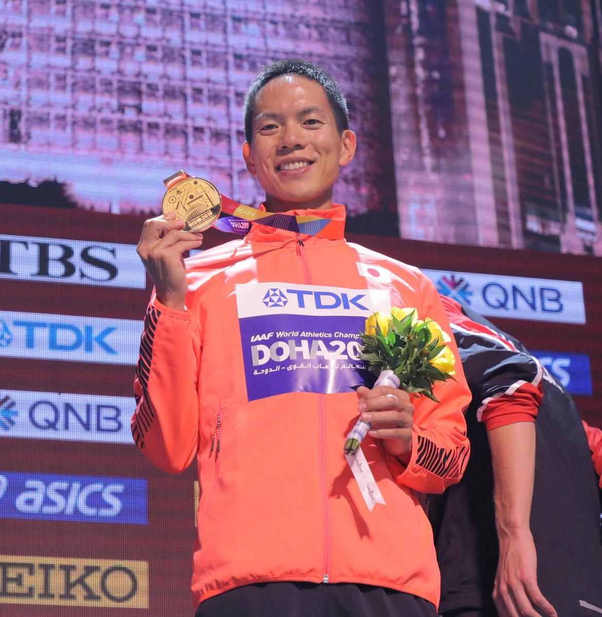 表彰式で金メダルを手に笑顔を見せる鈴木雄介(カメラ・相川 和寛)