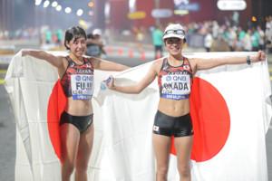 競歩で6位入賞を果たした岡田久美子(右)と7位入賞を果たした藤井菜々子(カメラ・相川 和寛)