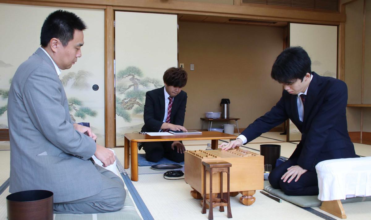 三浦弘行九段との一局で初手を指す藤井聡太七段(右)