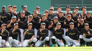 今季限りで退団する鳥谷(前列中央)に感謝し、おそろいのTシャツで記念撮影する阪神ナイン