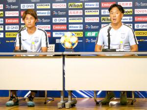 記者会見した浦和の大槻毅監督(右)、関根貴大