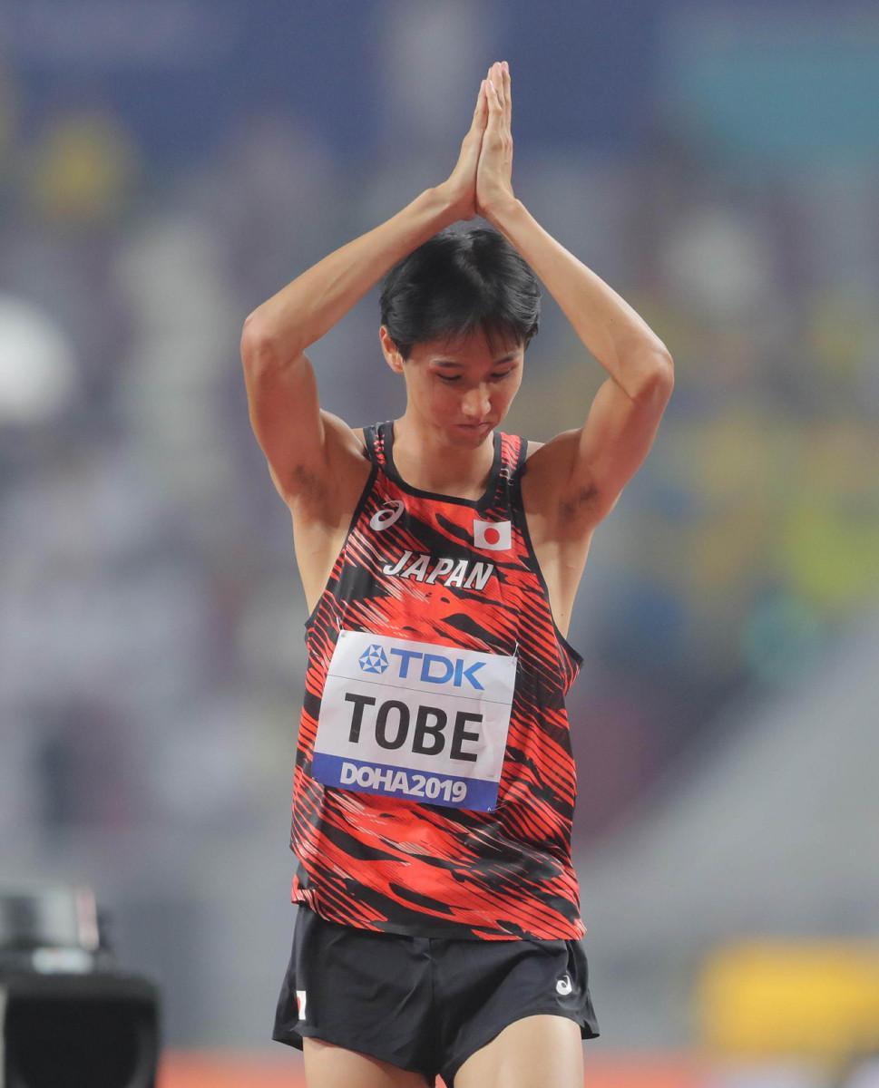 男子走り高跳び予選で、2メートル29の跳躍を失敗し、肩を落とす戸辺直人。予選敗退となった
