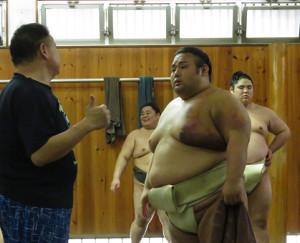 師匠・千賀ノ浦親方(左)と話し合う貴景勝(右後方は貴源治)