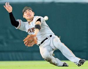 7月8日の阪神戦(甲子園)で8回2死一、二塁、代打・上本の中飛を好捕し、同点のピンチを摘んだ巨人・丸佳浩(カメラ・泉 貫太)
