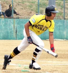 延長8回、値千金の本塁打を放つ泉州阪堺・中塚