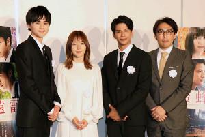 報道陣の取材に応じた(左から)鈴鹿央士、松岡茉優、森崎ウィン、石川慶監督