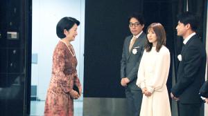 秋篠宮妃紀子さまを出迎える(右から)森崎ウィン、松岡茉優、石川慶監督