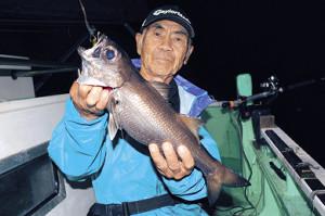 山口さんが釣り上げた40センチオーバーのクロムツ(三喜丸で)