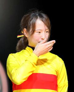 自身初の重賞制覇でインタビュー中に感極まる藤田菜七子(カメラ・池内 雅彦)