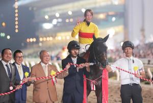 東京盃を制したコパノキッキングと藤田菜七子(左から2人目は村山明調教師、同3人目は小林祥晃オーナー)