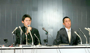会見する佐々木(左)と同席した国保監督
