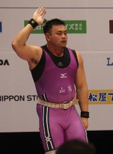 成年男子109キロ級のジャークで日本新記録を樹立し声援に応える持田