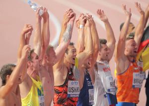 男子十種競技の1500メートルを走り終え、ともに戦った選手たちと手をつなぎ歓声に応える右代(中央)