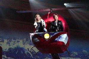 初日を迎えた宝塚歌劇月組「I AM FROM AUSTRIA」の一場面。ヘリコプターに乗ってオーストリアの美しい風景に感激するジョージ(珠城りょう、右)とエマ(美園さくら)