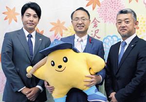 山野・金沢市長(中)にシーズン終了を報告したBC石川・武田監督(左)(右は端保球団社長)