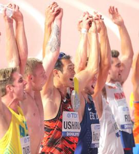 男子十種競技を終え、ともに戦った選手たちと手をつないで歓声に応える右代(中央)