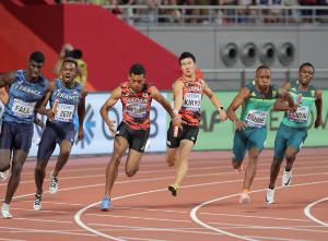 3走・桐生祥秀(中右)から4走・サニブラウン・ハキームへスムーズなバトンパス。37秒78で2組2着となり決勝進出を決めた(カメラ・相川 和寛)