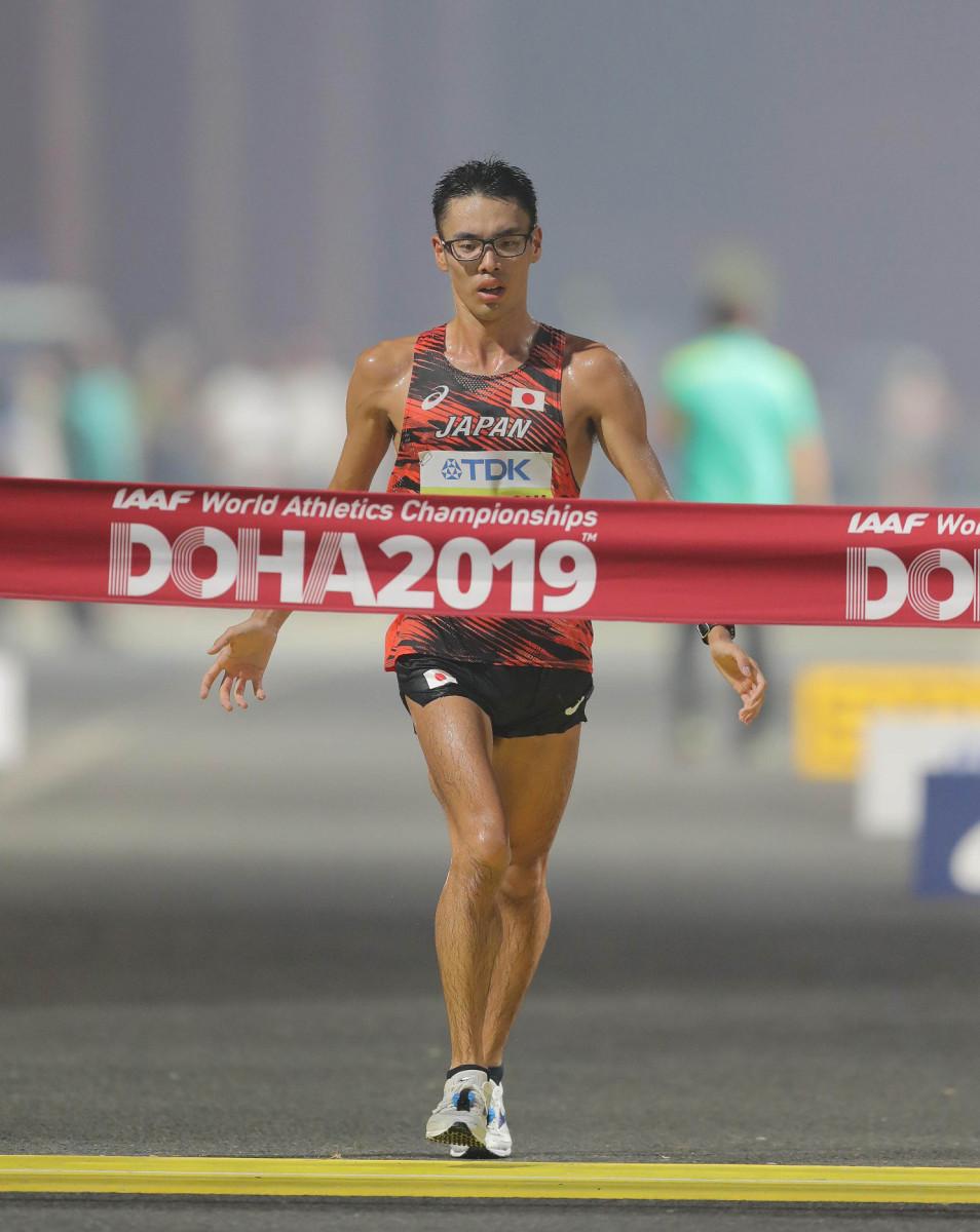 男子20キロ競歩で金メダルのゴールテープを切る山西利和(カメラ・相川 和寛)