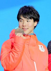 平昌五輪で日本メダル第1号の銅メダルに輝いた原は笑顔