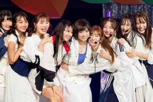 9周年記念ライブでメンバーと肩を組む太田夢莉(左から5人目)(C)NMB48