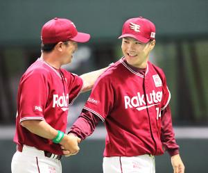 平石監督(左)にウィニングボールを手渡し笑顔を見せる則本昂