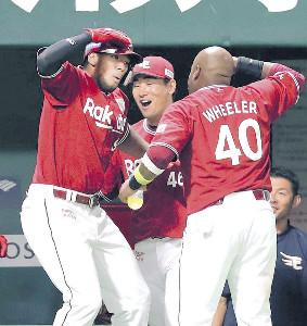 3回無死、オコエ瑠偉(左)は左越えソロ本塁打を放ち、ウィーラー(右)とポーズを決める