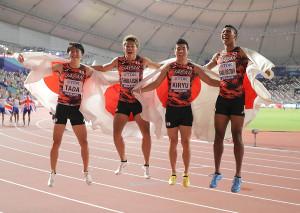 男子400メートルリレー決勝、37秒43で銅メダルを獲得し、日の丸を背に歓喜のジャンプをする(左から)多田修平、白石黄良々、桐生祥秀、サニブラウン・ハキーム(カメラ・相川 和寛)