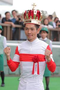 王冠を頭にのせる戸崎圭太騎手