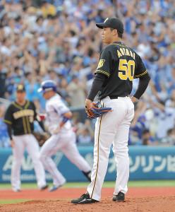 3回無死、筒香嘉智(左)に左越えソロ本塁打を打たれ呆然とする青柳晃洋(カメラ・中島 傑)