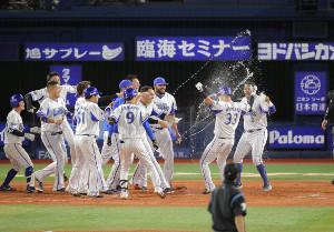 9回、サヨナラ本塁打を放った乙坂智(33)のもとに駆け寄るDeNAナイン