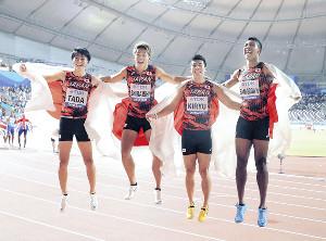 男子400メートルリレー決勝、37秒43で銅メダルを獲得し、日の丸を背に歓喜のジャンプをする(左から)多田、白石、桐生、サニブラウン(カメラ・相川 和寛)