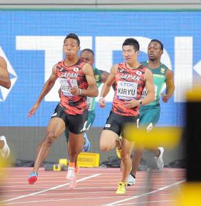 リレー決勝、3走・桐生祥秀(右)から4走・サニブラウン・ハキームへバトンパス。37秒43で銅メダルを獲得した(カメラ・相川 和寛)