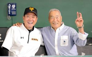 19年6月7日、ロッテ戦の試合前に原監督(左)と写真撮影に応じる金田正一さん