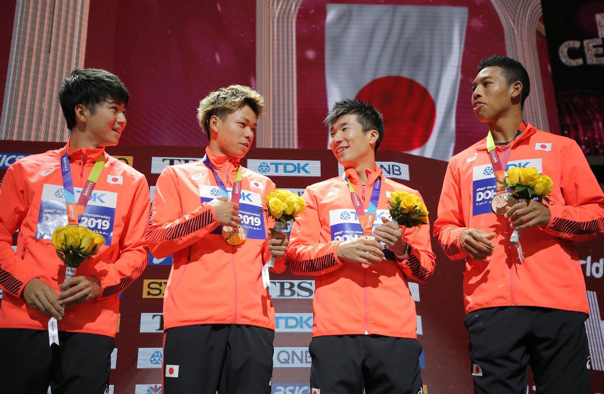 男子400リレーの表彰式で銅メダルを手に笑顔を見せる(左から)多田修平、白石黄良々、桐生祥秀、サニブラウン・ハキーム(カメラ・相川 和寛)
