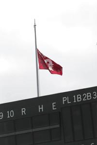 金田正一さんを悼み、半旗を掲げたジャイアンツ球場