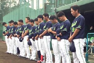 亡くなったOBの金田正一さんに哀悼の意を示し、試合前に黙とうする高津監督(右端)らヤクルトナイン
