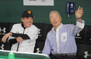 球場を訪れた金田正一氏(右)と談笑する原辰徳監督