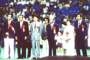 1988年7月26日オールスター第3戦の試合前に野球殿堂入りの表彰を受ける(前列左から)巨人・長島茂雄元監督、大洋・別当薫元監督、ひとりおいて近鉄・西本幸雄元監督、ロッテ・金田正一元監督(東京ドームで)