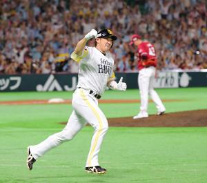 7回無死、内川聖一は勝ち越しとなる左越えソロ本塁打を放ち、ガッツポーズをする(右は宋家豪=カメラ・義村 治子)