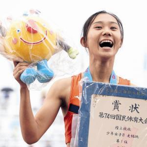 少年女子B走り幅跳を制し表彰台で笑顔を見せる松尾(カメラ・塩沢 武士)