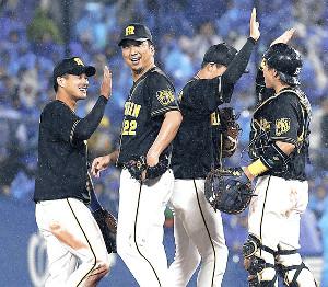 試合後笑顔でタッチを交わす(左から)木浪、藤川、大山、梅野ら阪神ナイン
