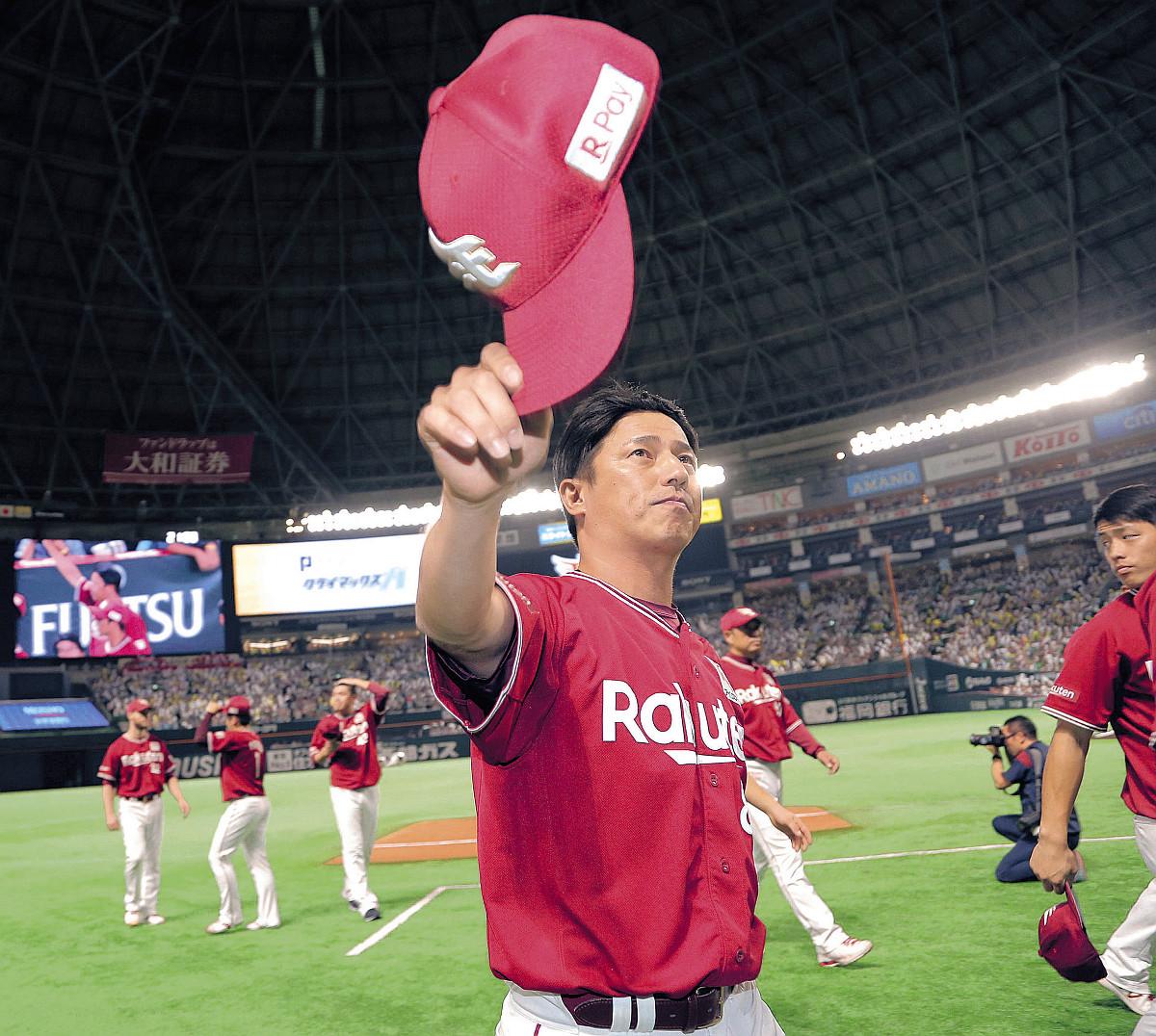 敗退が決まった平石監督は、スタンドのファンに帽子を取ってあいさつ(カメラ・保井 秀則)